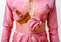 Bruidegom Wearing een Roze Traditionele Maleisische Songket-Huwelijkskledij. Stock Foto's