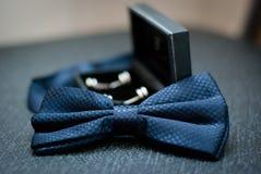 Bruidegomvlinderdas en cufflinks Stock Foto