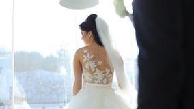 Bruiden bij het vensterterras stock videobeelden