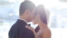 Bruiden bij het vensterterras stock video