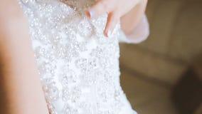 Bruidhand het strijken kleding stock videobeelden