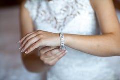 Bruidhand op witte kleding Stock Afbeelding