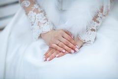 Bruidhand op witte kleding Stock Foto