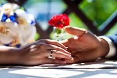 Bruidhanden met trouwringen Stock Foto's