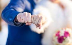 Bruidhanden met trouwringen Stock Foto