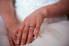 Bruidhanden op huwelijkskleding stock foto