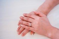 Bruidhanden op huwelijkskleding stock afbeeldingen