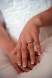 Bruidhanden op huwelijkskleding stock afbeelding