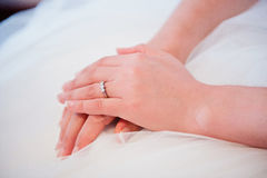 Bruidhanden op huwelijkskleding royalty-vrije stock fotografie