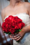 Bruidholding Rode Rose Bouquet Royalty-vrije Stock Foto's