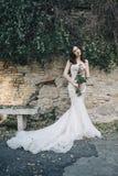 Bruidmanier met romantisch bloemboeket in Rome Royalty-vrije Stock Fotografie
