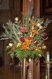 Bruids bloemen die kerkdoorgangen verfraaien stock foto