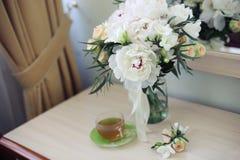 Bruids bloemen en theeochtend royalty-vrije stock afbeelding