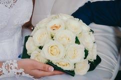 Bruids boeket bij huwelijk stock afbeelding