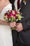 Bruids boeket in de handen van jonggehuwden Royalty-vrije Stock Foto's