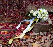 Bruids boeket en gevallen bloemblaadjes Stock Afbeeldingen
