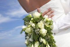 Bruids boeket en het koesteren stock fotografie