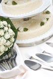 Bruids boeket en huwelijkscake Stock Foto's