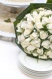 Bruids boeket en huwelijkscake Royalty-vrije Stock Foto's