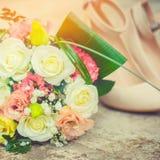Bruids boeket en schoenen, mooie huwelijksdecoratie stock afbeeldingen