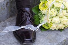 Bruids boeket en van de bruidegom schoen stock afbeelding