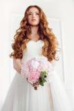 Bruids boeket mooi van roze huwelijksbloemen in bruidhanden Stock Fotografie