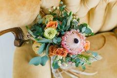 Bruids boeket op de laag Stock Fotografie