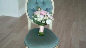 Bruids boeket op een stoel stock footage