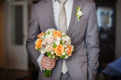 Bruids Boeket Oranje en Beige Rozen met Handvat Stock Fotografie