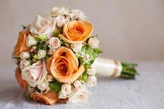 Bruids Boeket Oranje en Beige Rozen met Handvat Stock Foto