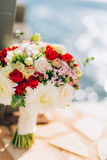 Bruids boeket van rozen en chrysanten op een achtergrondtextu Stock Foto