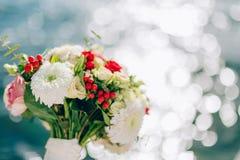 Bruids boeket van rozen en chrysanten op een achtergrondtextu Royalty-vrije Stock Fotografie