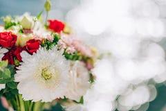 Bruids boeket van rozen en chrysanten op een achtergrondtextu Royalty-vrije Stock Foto's
