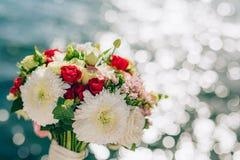 Bruids boeket van rozen en chrysanten op een achtergrondtextu Stock Afbeelding