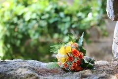 bruids boeket van rozen en gele lelies royalty-vrije stock foto