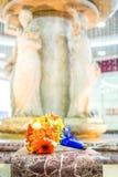 Bruids boeket van rozen en gerberas op fonteinachtergrond Stock Afbeelding