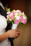 Bruids die boeket van roze rozen wordt gemaakt Stock Afbeelding