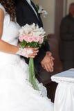 Bruids die boeket van roze rozen wordt gemaakt Royalty-vrije Stock Afbeeldingen
