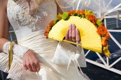 Bruids handen met boeket van bloemen Stock Afbeelding