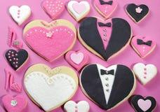 Bruids het koekjesgunsten van de huwelijkspartij met kleine harten Stock Fotografie