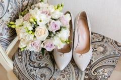 Bruids hoog hielschoenen en boeket van bloemen royalty-vrije stock afbeeldingen