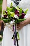 Bruids huwelijksboeket stock afbeeldingen
