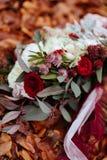 Bruids Huwelijksboeket op de achtergrond van het de Herfstgebladerte, stock afbeelding