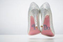 Bruids huwelijksschoenen met doe ik bericht op zool royalty-vrije stock foto's