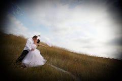 Bruids kus (bruid en bruidegom die kussen) Stock Afbeelding