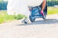 Bruids paar drijfscooter die toga en kostuum dragen Stock Fotografie