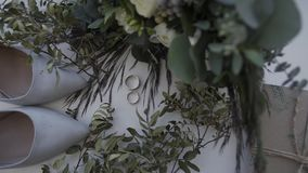 Bruids schoenen met ringen en bruids boeket stock videobeelden