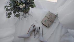 Bruids schoenen met ringen en bruids boeket stock footage