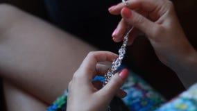 Bruids voorbereiding, bruid die op juwelen zetten stock videobeelden