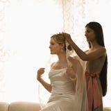 Bruidsmeisje dat sluier plaatst. stock fotografie